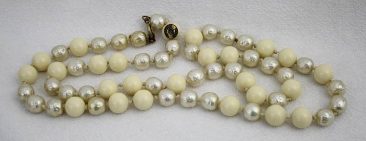 CHANEL Sautoir en perles baroques et
