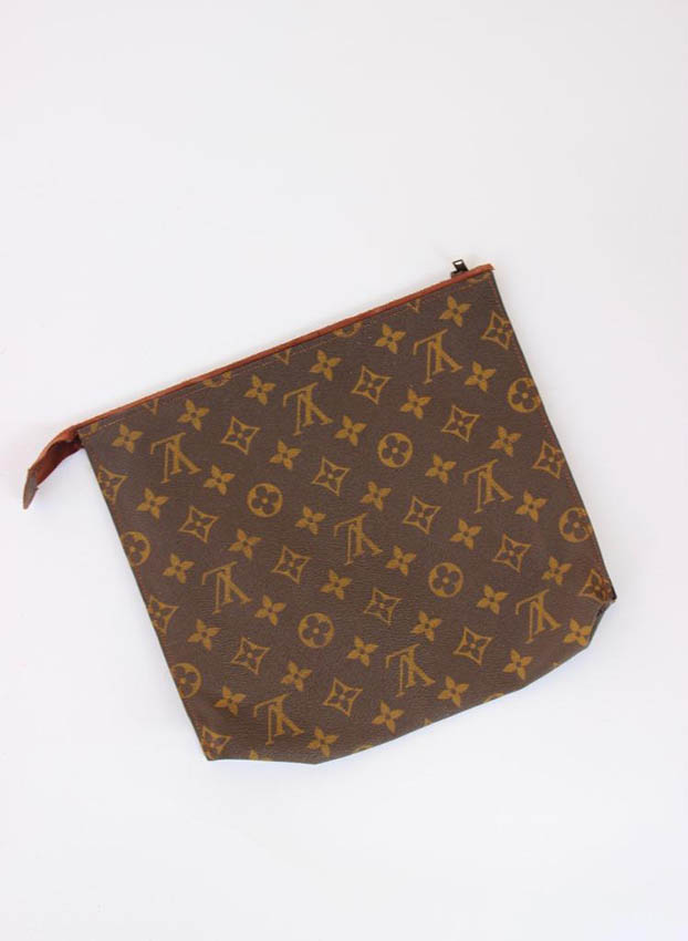 Louis VUITTON Trousse de toilette en toile monogram