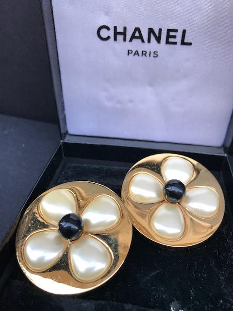 CHANEL Paire de boucles d'oreilles en métal doré de forme fleur avec perles blanches et noire