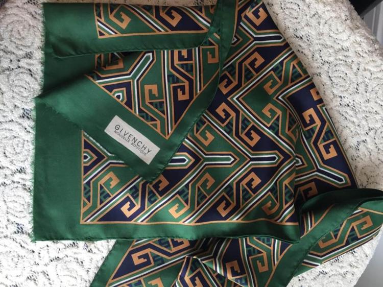 GIVENCHY Echarpe en soie verte à dessins