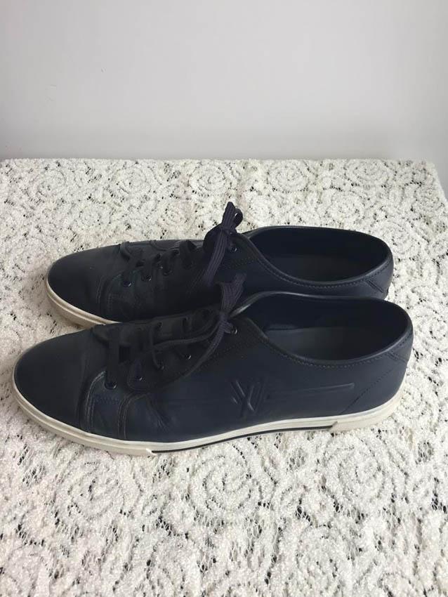 LOUIS VUITTON Paire de sneakers en cuir noir