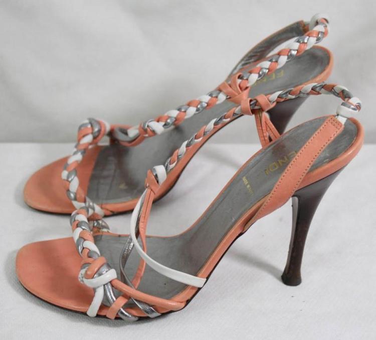 FENDI Paire de sandales en cuir tressé