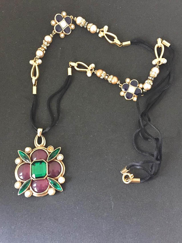 JEAN-LOUIS SCHERRER Collier composé d'une médaillon orné de pierres et de perles sur un cordon