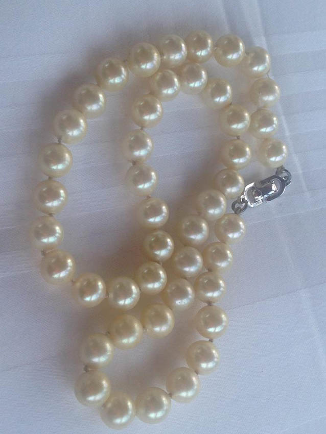 CHRISTIAN DIOR Collier en perles blanches nacrées