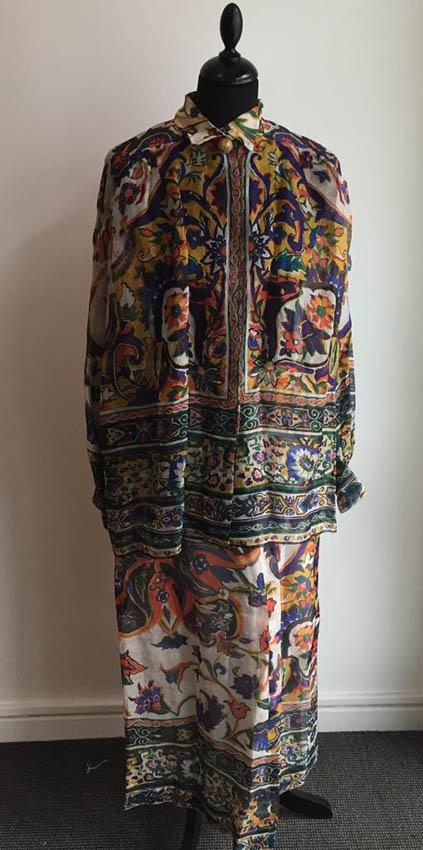 CHRISTIAN DIOR Ensemble en organza imprimé floral, composé d'une large blouse boutonnée et d'une jupe longue