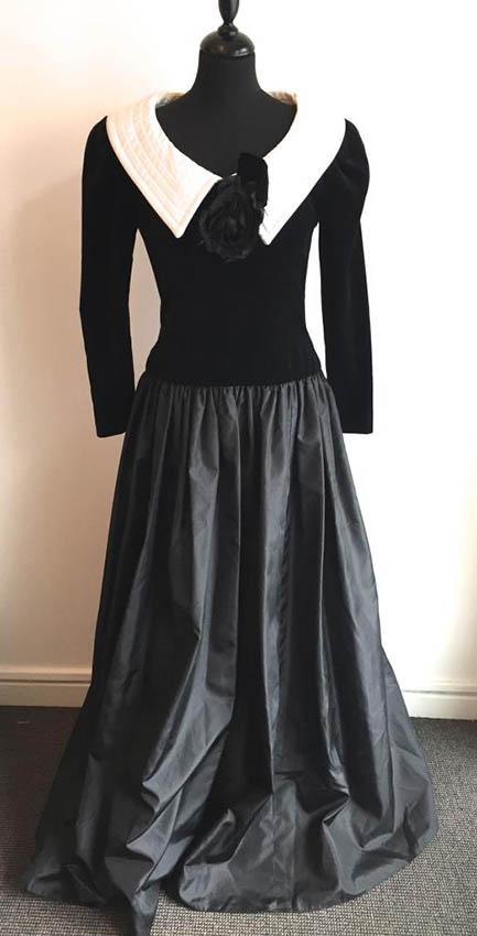 IDENTIQUE Robe longue en velours noir et satin blanc, une grosse fleur en décor