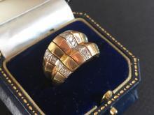 Bague en or tricolore ornée de diamants
