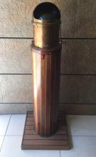Compas de marine dans un globe en laiton doré, à piètement gaine en bois de placage et acajou.