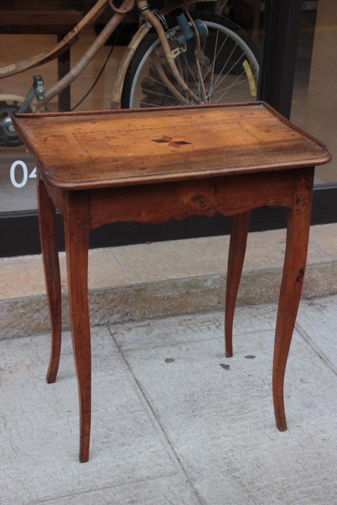 Petite table en bois naturel d cor de rose des vents sur l for Petite table deco