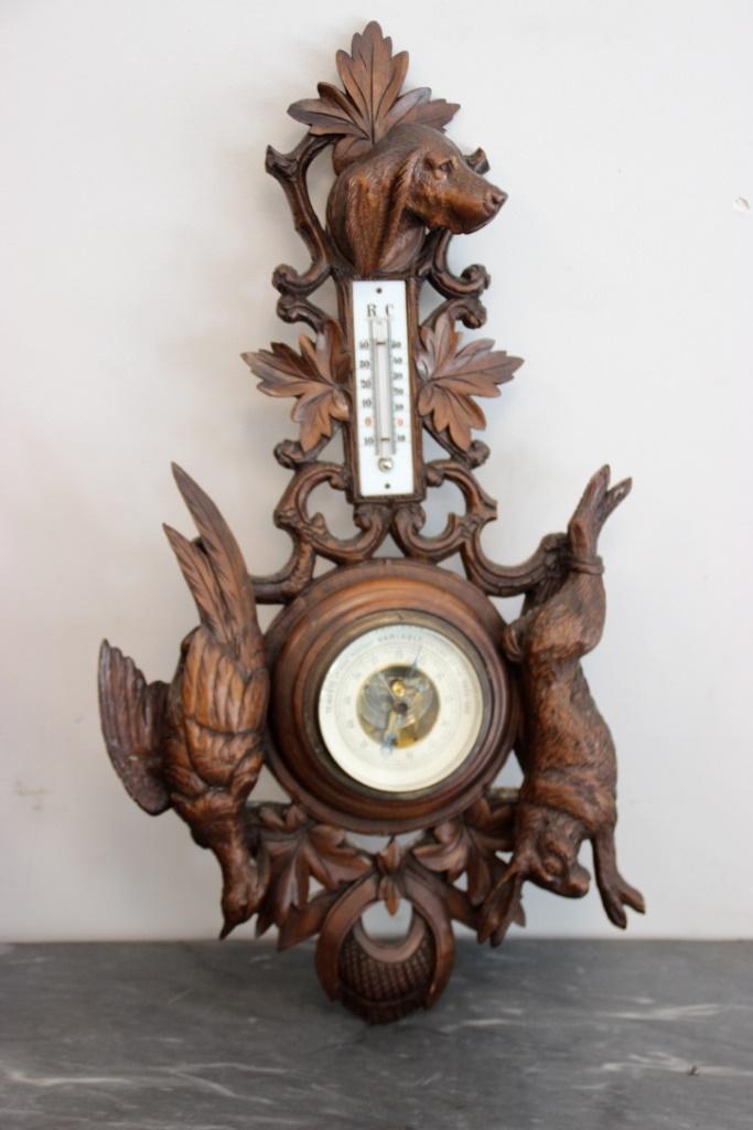 Barom tre mural ins r dans un d cor de bois sculpt sur le for Decor mural bois flotte