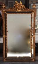 Miroir à pareclose en bois doré à décor de colombes, de guirlandes fleuries et de trophées sur le fronton