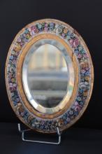 Miroir ovale en bois doré à décor de bouquets fleuris polychromes en micro mosaïque de pâte de verre