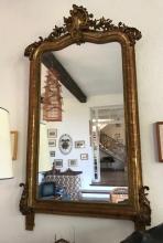 Grand miroir en bois et stuc doré à décor rocaille en fronton