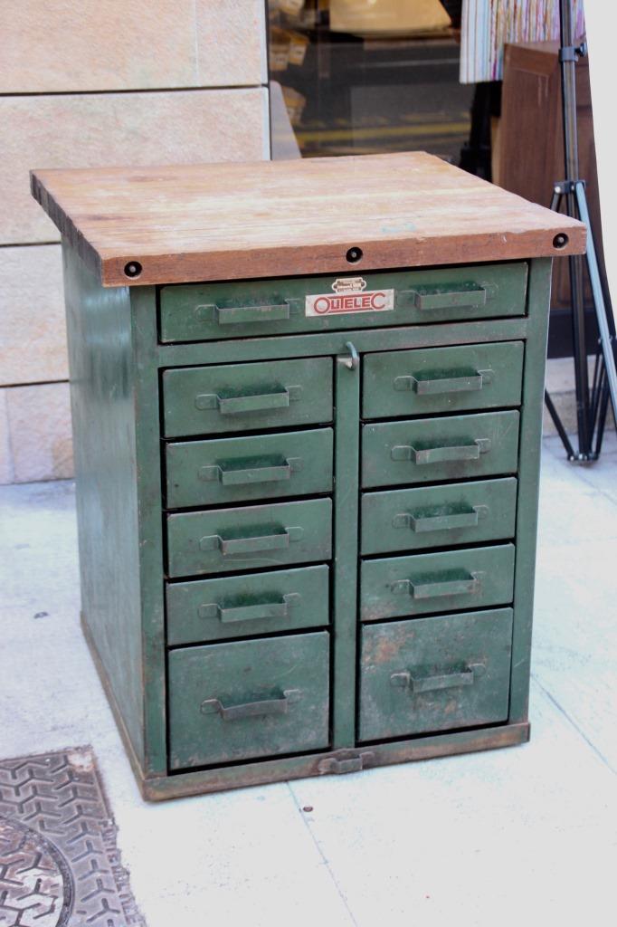 Meuble de m tier en m tal laqu vert ouvrant par onze tiroir for Meuble a tiroir metal