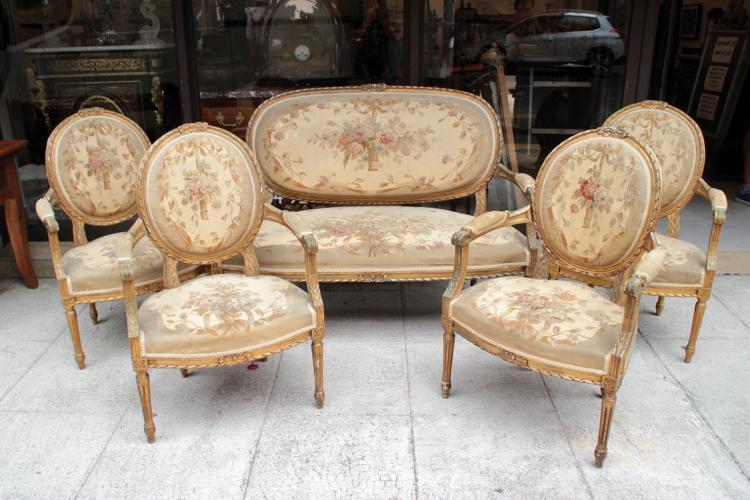 salon compos d 39 un canap et de quatre fauteuils en bois scu. Black Bedroom Furniture Sets. Home Design Ideas