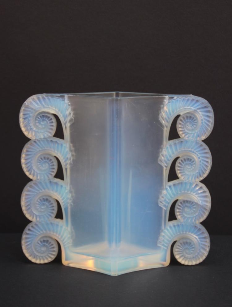 Ren lalique 1860 1945 vase en verre press et moul opale for Decoration vase en verre