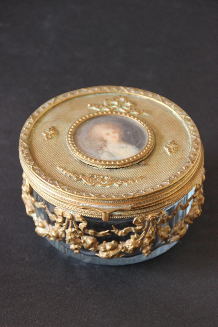petite boite bijoux en verre et laiton orn e sur le couve. Black Bedroom Furniture Sets. Home Design Ideas