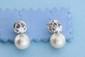 Paire de boucles d'oreilles en or ornées de perles (9mm) et de deux diamants (0,40ct env.). P 6g