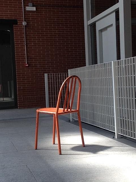 Robert MALLET-STEVENS (1886-1945) - vers 1930  Rare suite de six chaises en tube de métal laqué rouge corail (cachet sur la structure)