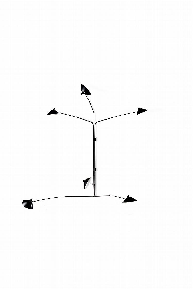 Serge MOUILLE (1922-1988) - Edition ESM - vers 2006(modèle de 1952 )   Importante applique modèle Monthiers à 6 bras pivotants, cache ampoule tétines en tôle emboutie montés sur rotules en laiton .