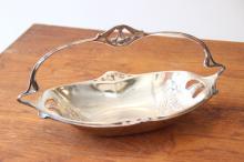 GALLIA - vers 1900  Coupe en métal argenté à décor de fruits et fleurs dans le goût Art Nouveau