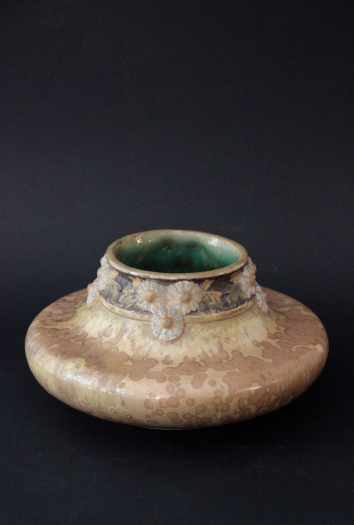 PIERREFONDS - vers 1900 Vase à corps aplati en faïence émaillée à effets de cristallisation. Décor de frise florale au col. Signé dessous.