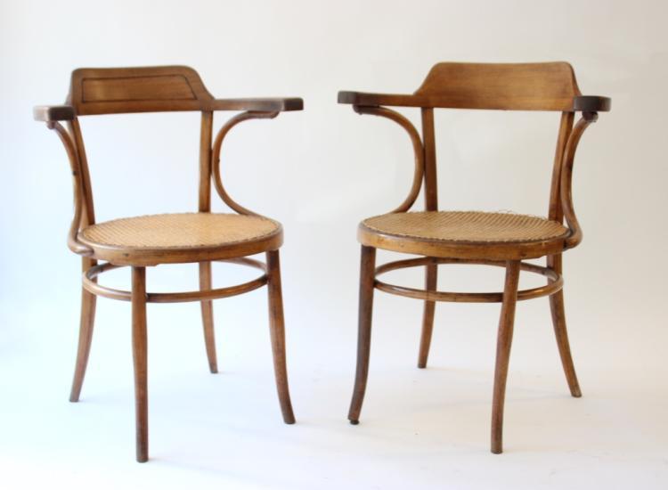 THONET  Ensemble de deux fauteuils en bois centré