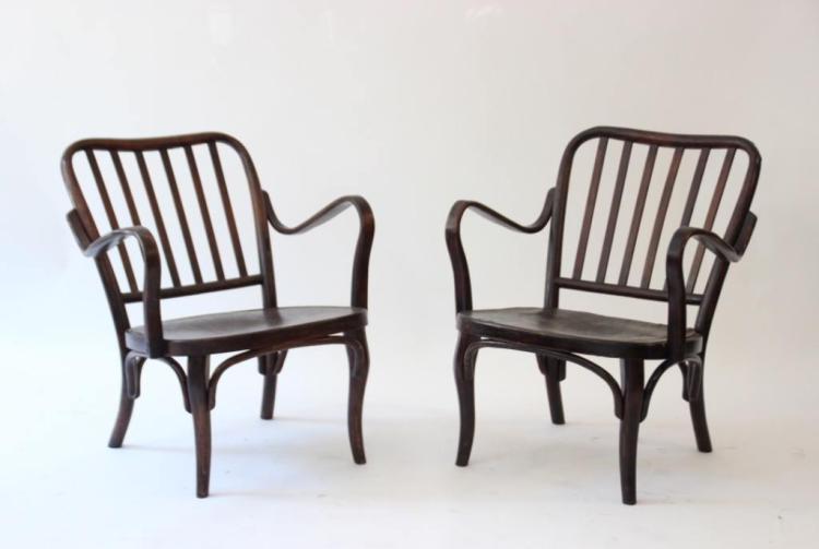 THONET - vers 1915.  Paire de fauteuils en bois courbé teinté, à dossier à barreaux et accoudoirs arrondis.