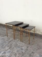 RAMSAY vers 1940  Une suite de tables gigognes en fer battu et doré