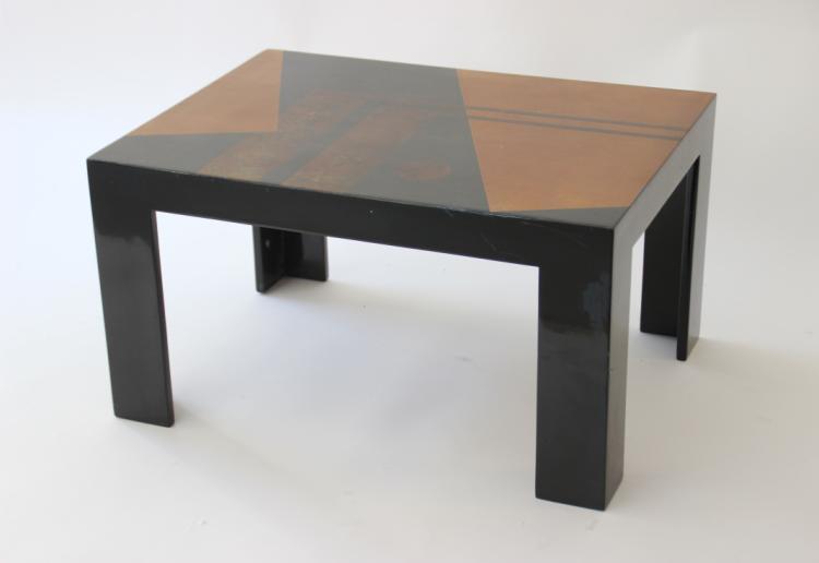 Michel FROIDEVAUX (1942) - vers 1930  Bout de canapé en bois laqué à décor géométrique sur le plateau