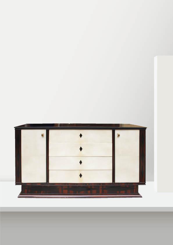 Travail français des années 30  Buffet en placage d'ébène de Macassar ouvrant par quatre tiroirs et deux portes gainées de parchemin