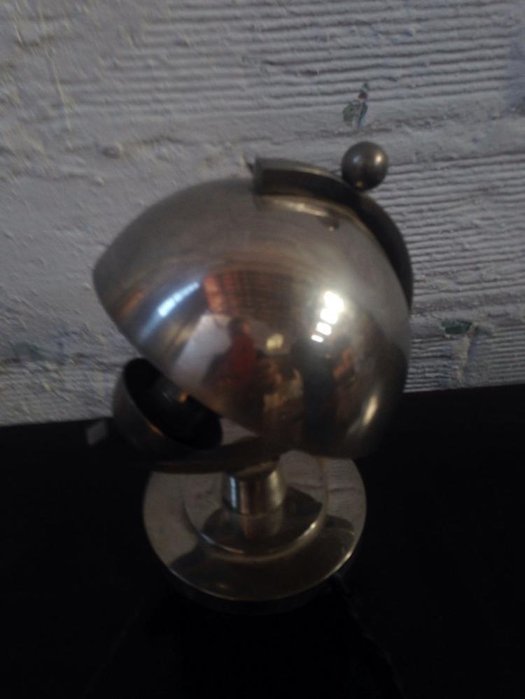 ANONYME - vers 1930  Lampe moderniste en métal chromé