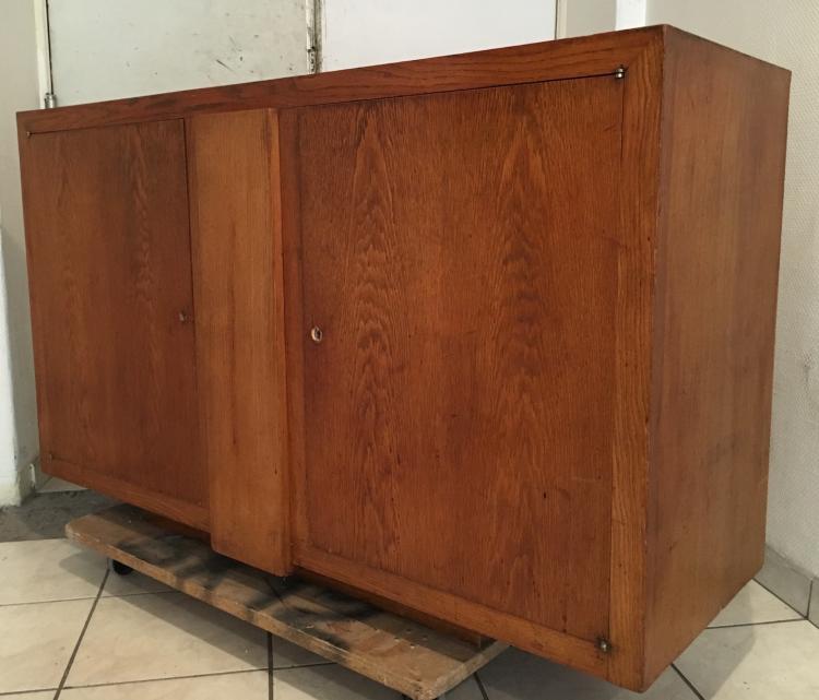 René HERBST (1891-1982) - vers 1935 Rare meuble enfilade à bâti rectangulaire en chêne à deux portes battantes reposant sur un large piètement en retrait et à décor au centre d'une plinthe verticale