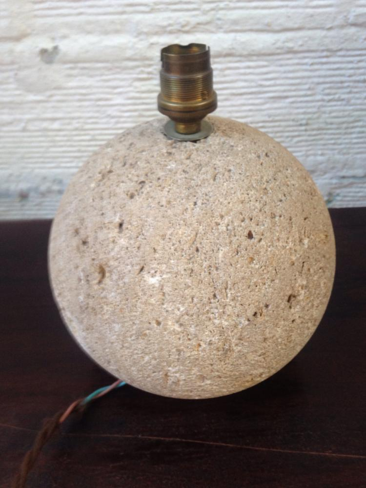 Travail français vers 1935  Lampe sphérique en pierre