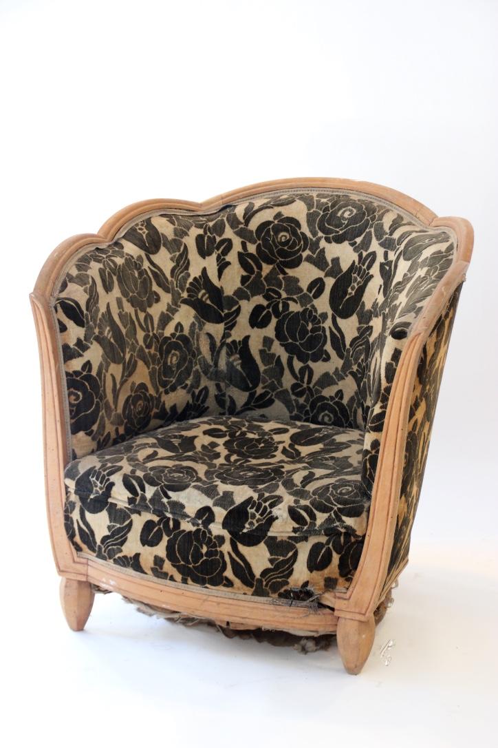 Paul FOLLOT (1877-1941), dans le goût de   Fauteuil cabriolet en bois naturel à garniture en velours beige orné de fleurs noires