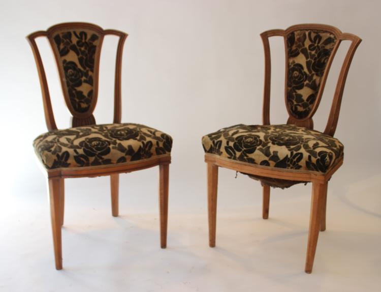 Paul FOLLOT (1877-1941), dans le goût de Paire de chaises en bois naturel à garniture en velours beige orné de fleurs noires