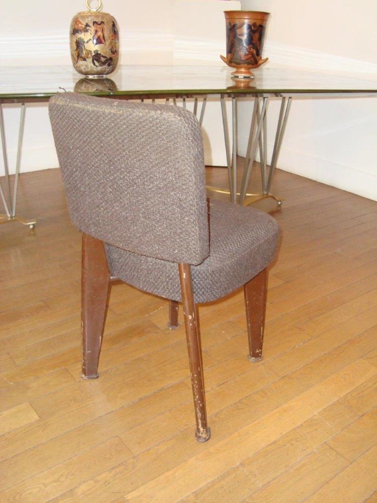 DOMINIQUE (André DOMIN), vers 1945 Suite de douze chaises en métal plié laqué marron et draps de laine gris