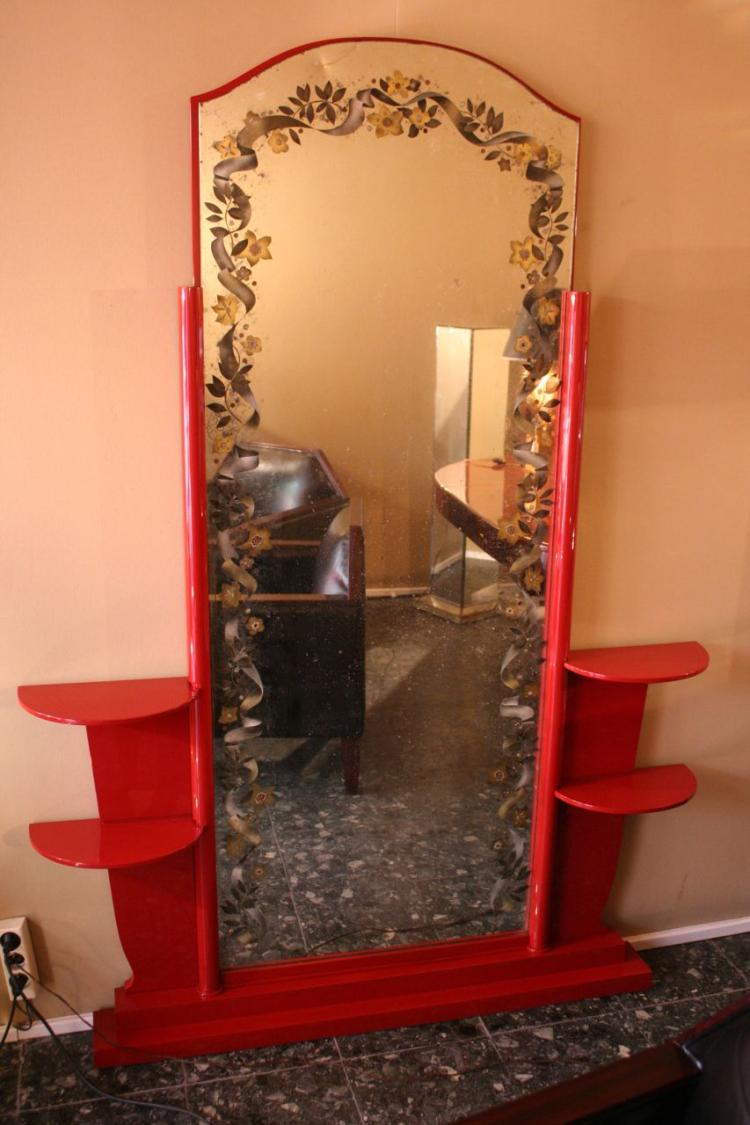 Jules LELEU (1883-1961) - Pierre PANSARD (XX) - vers 1940  Meuble psyché en bois laqué rouge et miroir à décor églomisé