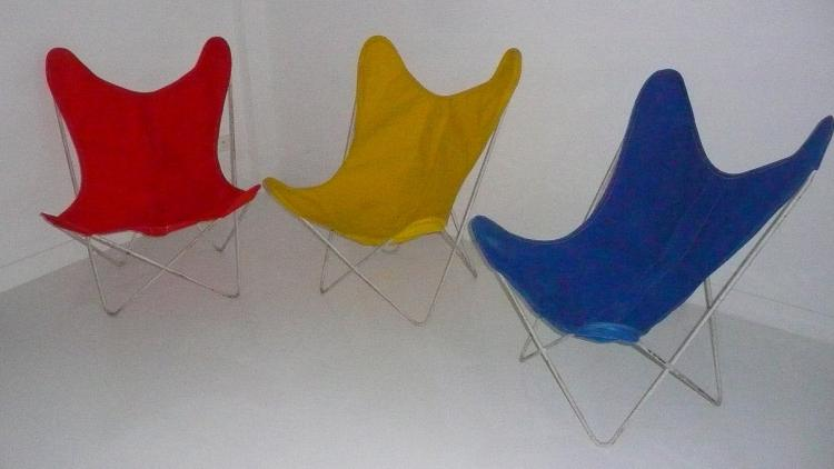 Jorge FERRARI HARDOY (1914-1977) - vers 1955 Suite de 3 fauteuils modèle BUTTERFLY en toile de couleur et tube de métal laqué.