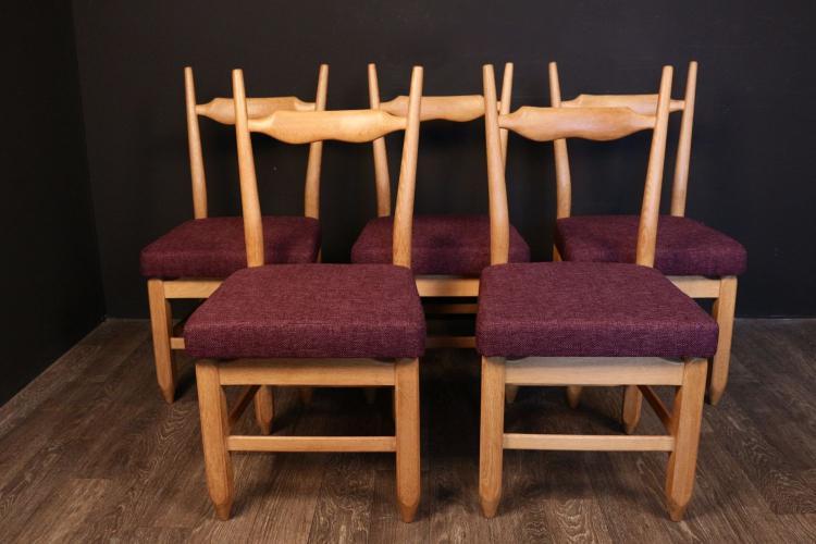 Robert & Jacques GUILLERME & CHAMBRON (XX) - vers 1960  Suite de 5 chaises en chêne et drap de laine