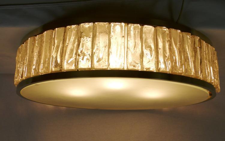 Jean PERZEL (1892-1986) - vers 1960  Grand plafonnier circulaire en verre taillé, verre opalescent et laiton