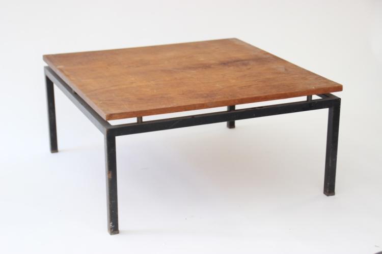 Travail français vers 1955  Table basse à plateau carré et piètement en métal