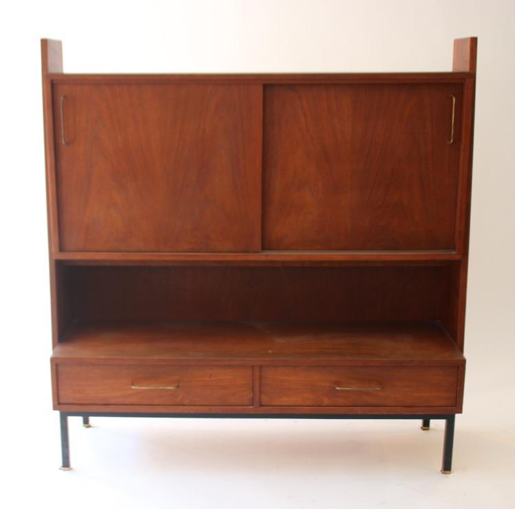 Travail français vers 1955   Buffet en bois de placage ouvrant par deux portes et deux tiroirs