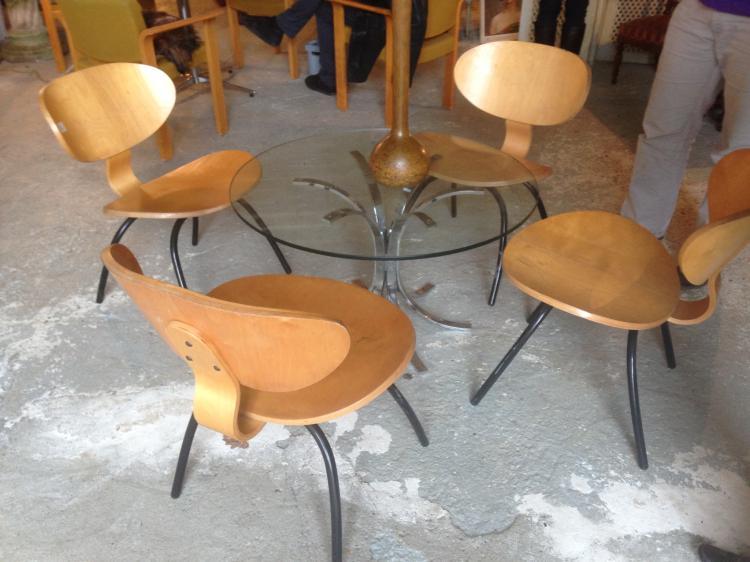 Travail français, vers 1955 Suite de quatre chaises en bois lamellé et collé et tubes de métal laqué noir