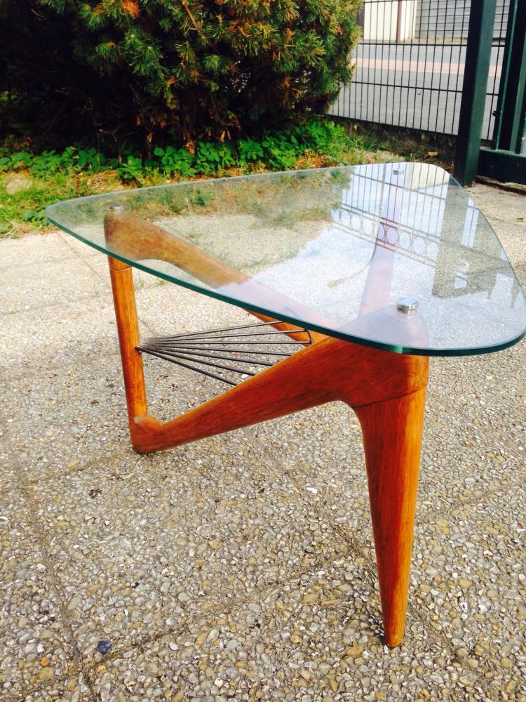 Louis SOGNOT (1892-1970) - vers 1955  Table basse en bois profilé et verre - entretoise en métal noir