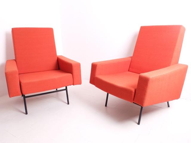 Travail Français - vers 1955  Paire de fauteuils en mousse et métal tubulaire noir, à garniture de draps de laine rouge
