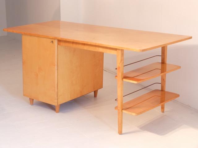 IMEXCOTRA - Vers 1955 Rare bureau à plateau rectangulaire débordant, caisson latéral et deux étagères en bois blond et laiton