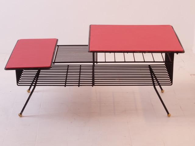 Travail français - Vers 1955 Meuble bas en métal noir, laiton et cuir rouge