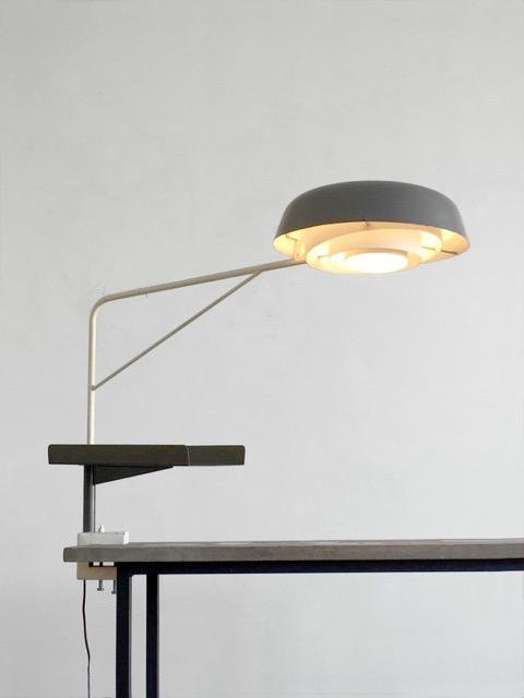 LANCEL - Vers 1955  Rare lampe agrafée à bras coudé et cache ampoule arrondi en tube de métal et tôle de métal  . Porte téléphone incorporé