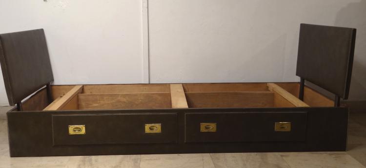 Jacques ADNET (1900-1984) - Vers 1955  Suite de deux lits bateau en simili cuir marron piqué sellier blanc